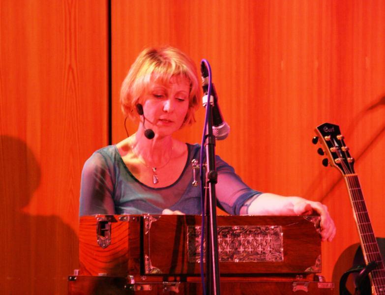 K800_31 Aad Gureh Nameh - Susanne am Harmonium